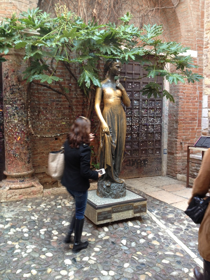 Dizem que dá sorte passar a mão no seio da estátua de Julieta :D