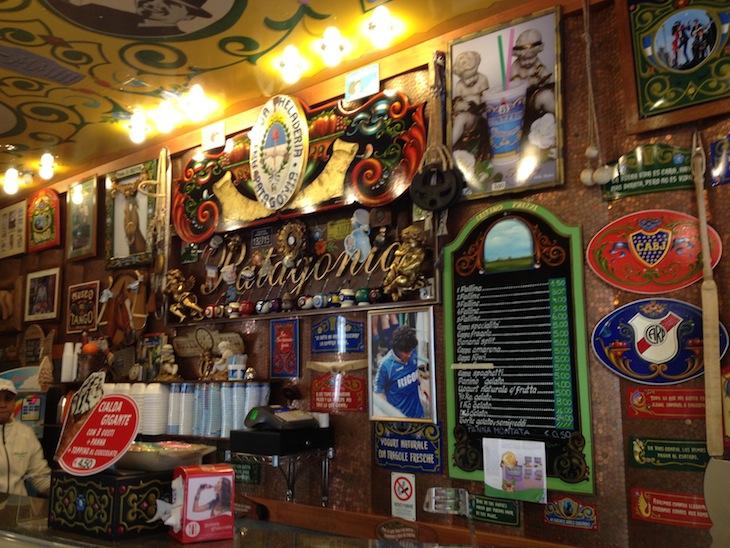 Café em Verona. Conseguem ver a foto do Maradona na parede?