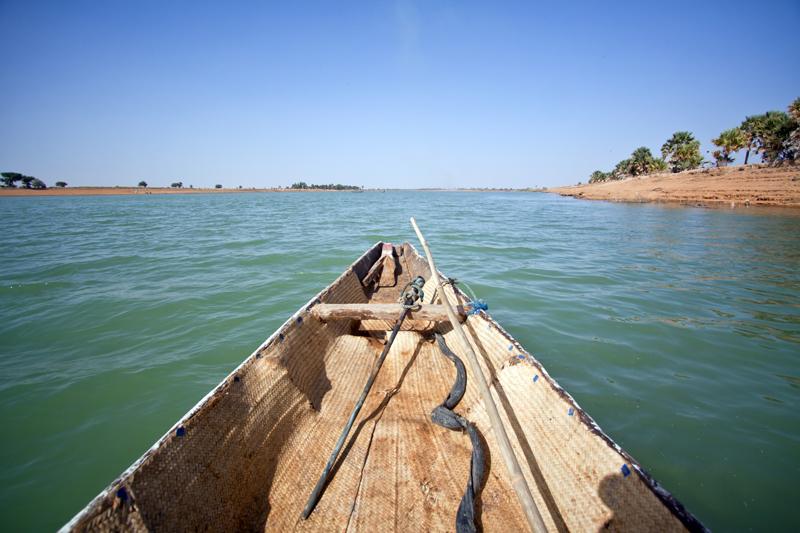 Numa piroga que se pode alugar e passar 24horas a subir o rio Níger