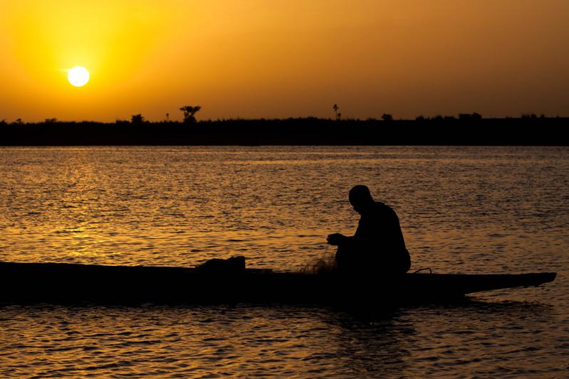 Pescador na margem do rio Níger