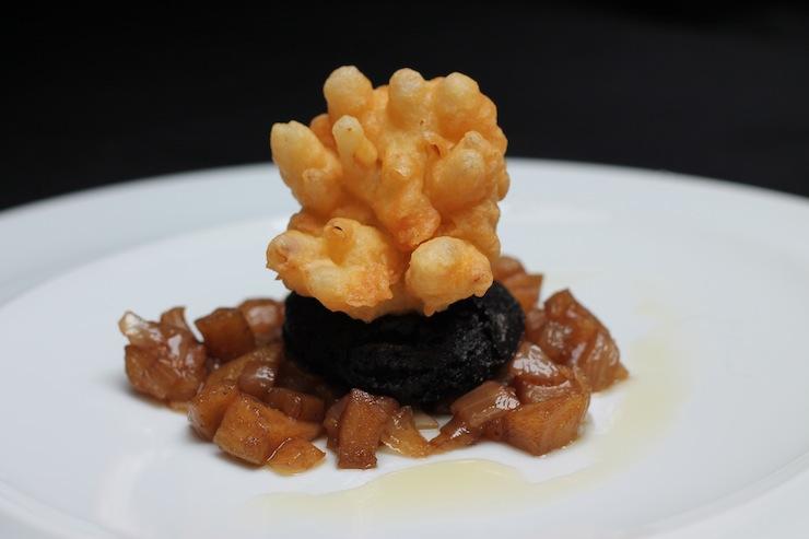 Morcela de Viseu com maçã, mel e chalota em tempura