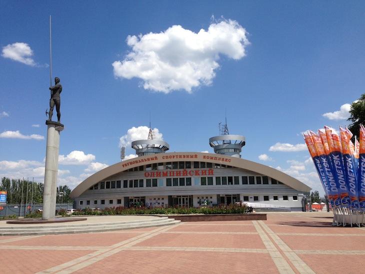 Olímpik Stadium e estátua Sergey Bubka