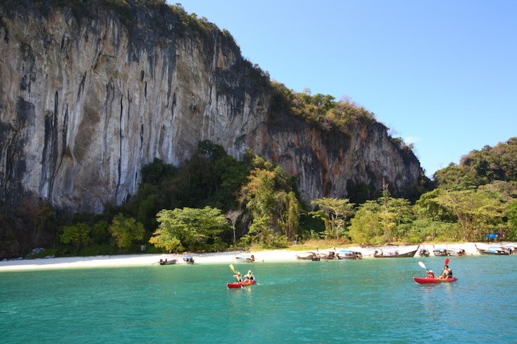 Canoagem em Hong Island. No Than Bokkhorani National Marine Park, Krabi