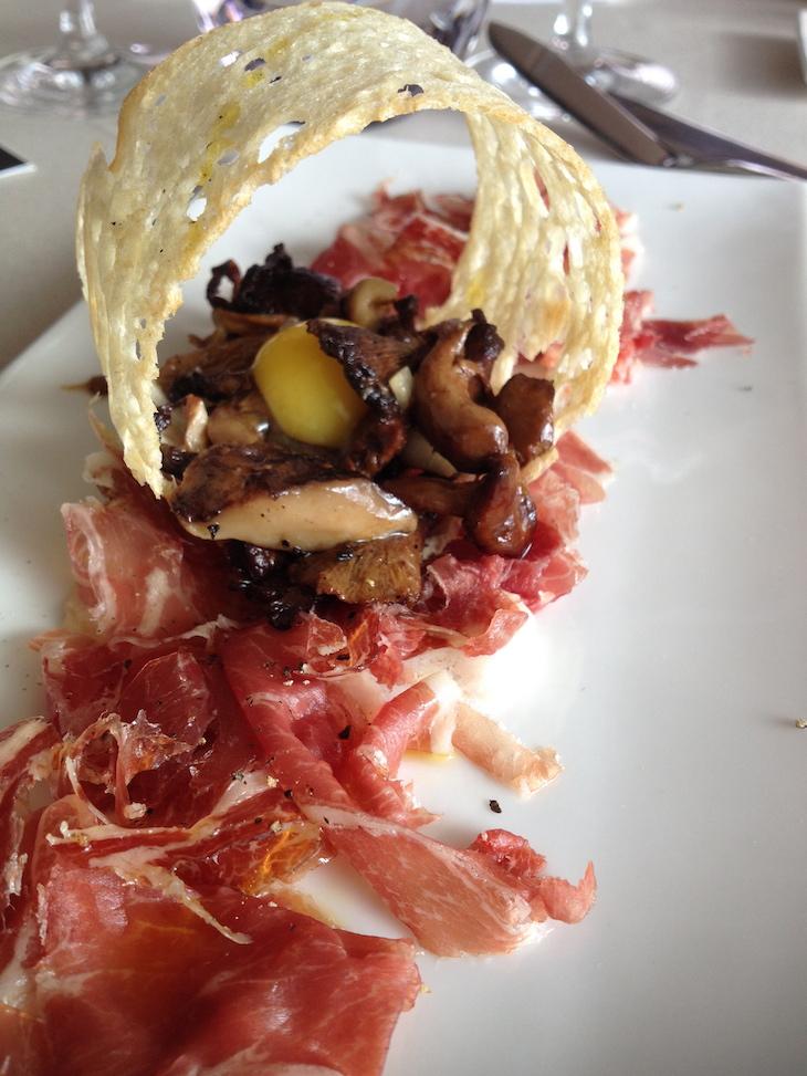 Restaurante Shis - Carpacio de Presunto Joselito com Mistura de Cogumelos Selvagens e Ovo de Codorniz