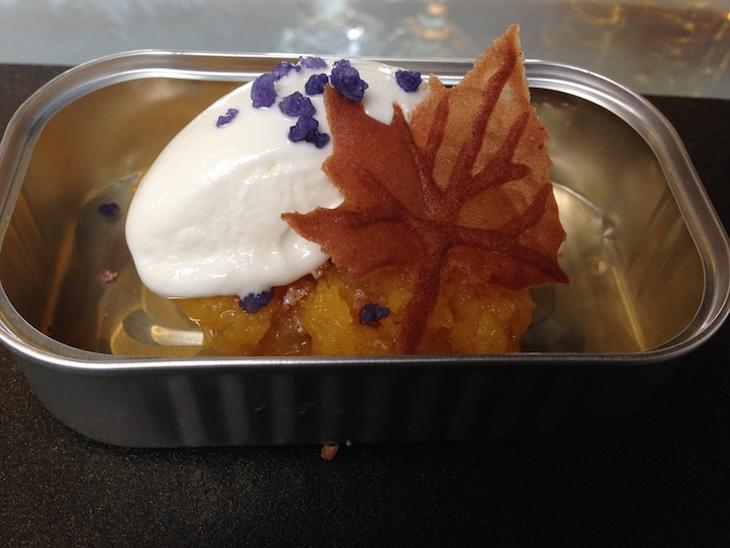 Sobremesa: Encharcada, gelado de iogurte grego e cristais de violeta