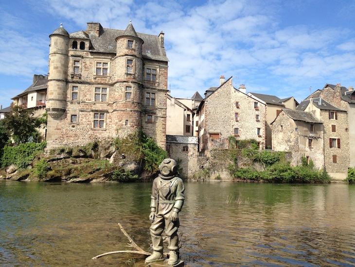 Estátua do escafandro - Espalion, Aveyron, França © Viaje Comigo