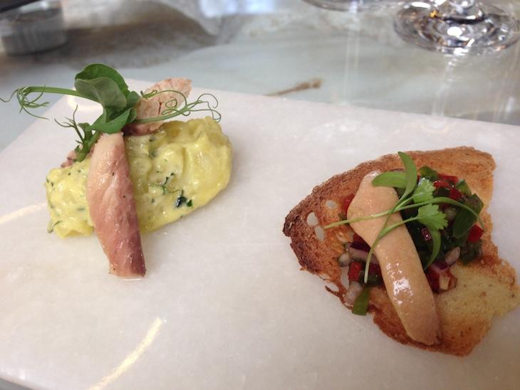 Ovas de sardinha, saladinha de pimentos sobre crocante de pão Alentejano