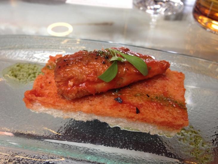 Sardinha em molho de tomate sobre pão alentejano