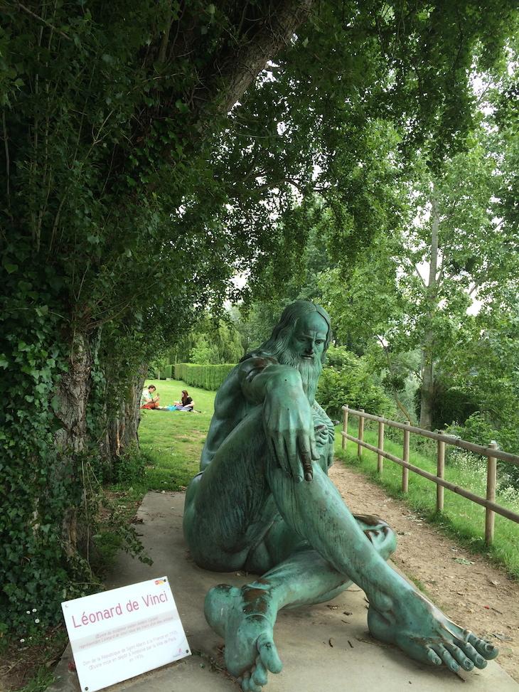 Estátua de Leonardo da Vinci - na margem oposta ao Castelo de Amboise © Viaje Comigo