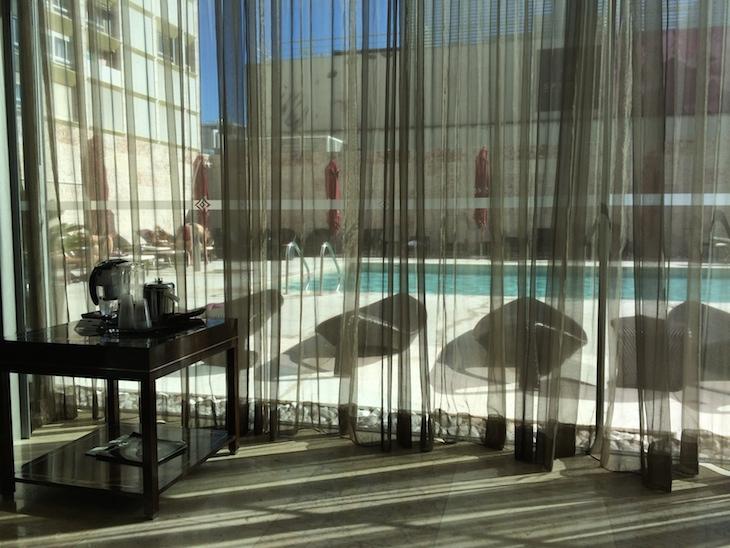 Sala de relaxamento com vista para a piscina © Viaje Comigo