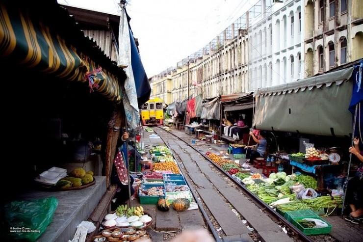 Comboio no mercado de Maeklong , Tailândia