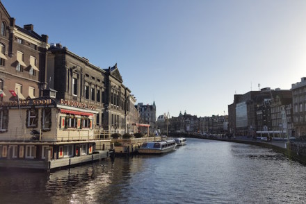 Vista ao lado da estátua da Rainha Guilhermina - Canais de Amesterdão © Viaje Comigo