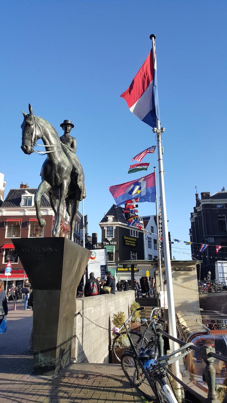 Estátua da Rainha Guilhermina em Amesterdão ©Viaje Comigo