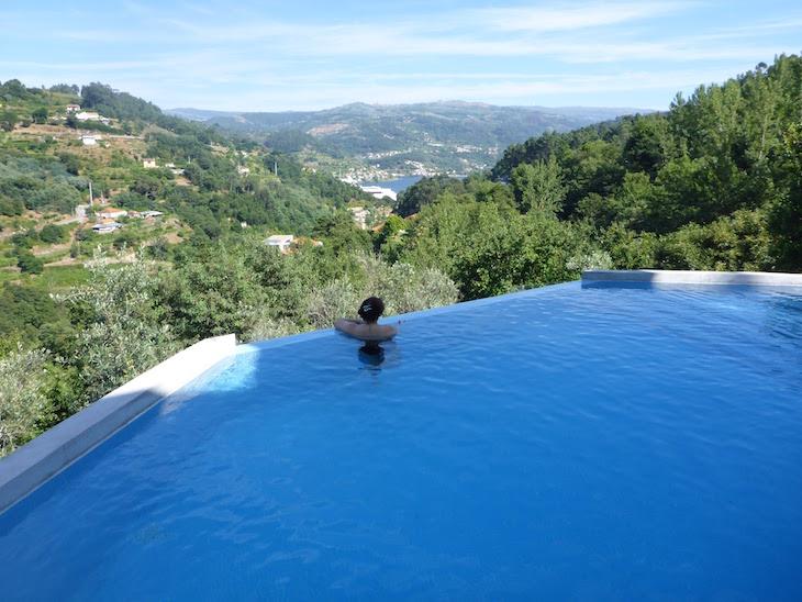 Na piscina da Casa do Sobreiro, Quinta da Bouca © Viaje Comigo