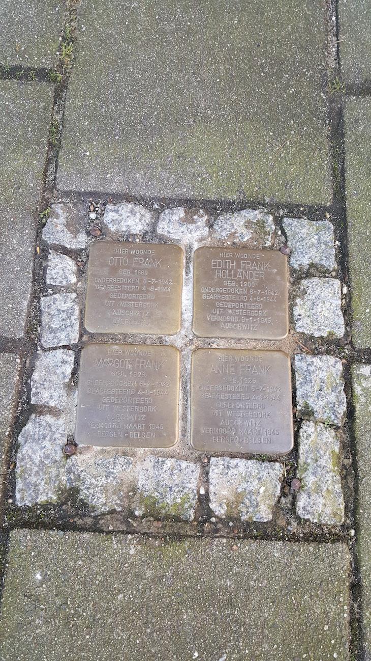 A informação da data que foram para os campos de concentração e datas de falecimento - sem dias concretos em alguns casos. Otto Frank foi o único sobrevivente da família.