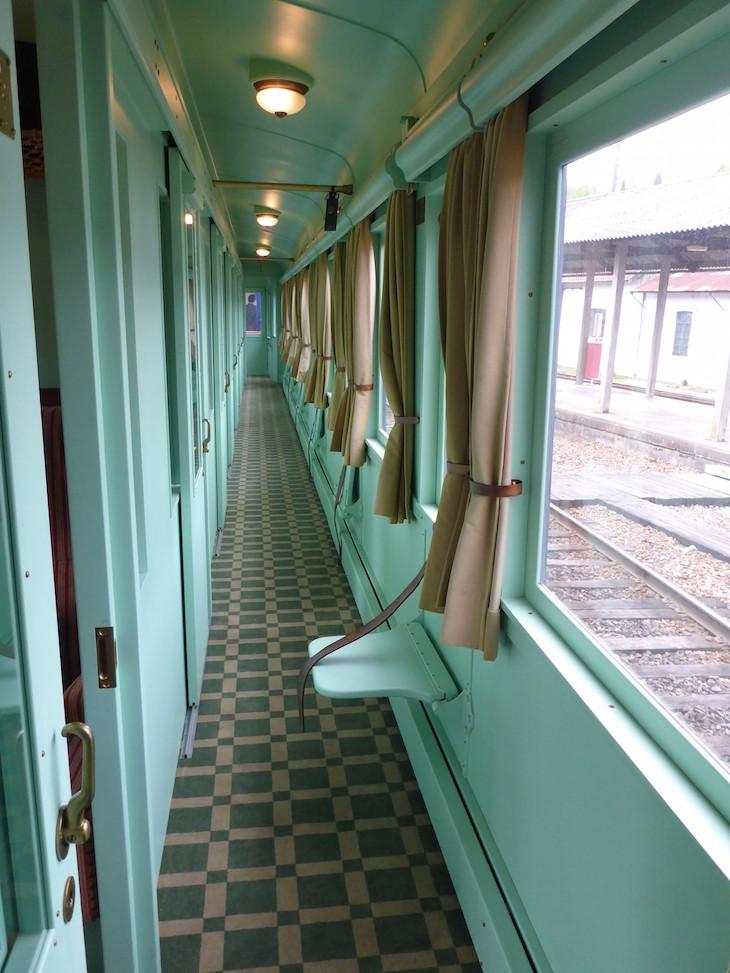 Carruagem dos Jornalistas - Banquinho do corredor do comboio presidencial © Viaje Comigo