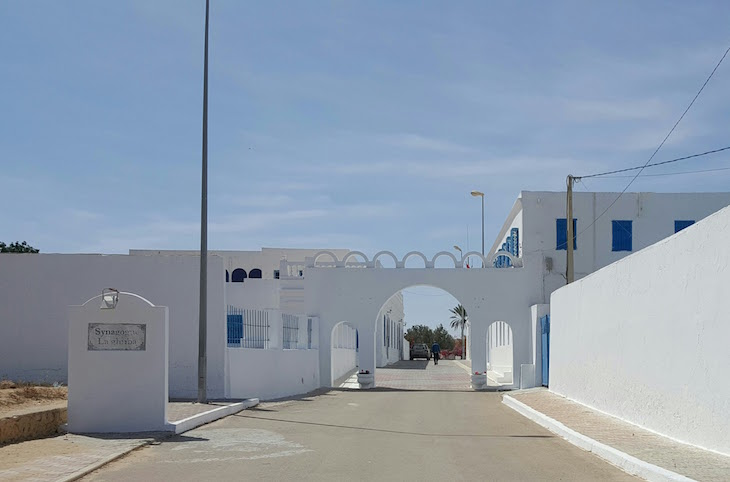 Entrada para o complexo da Sinagoga La Ghriba, Djerba, Tunísia © Viaje Comigo