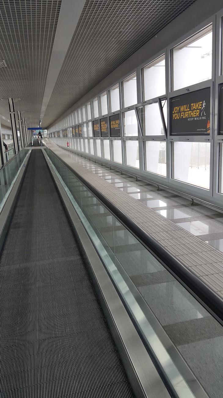 Passadeiras rolantes para Metro Aeroporto de Atenas, Grécia © Viaje Comigo