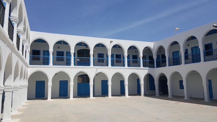 Pátio e albergue da peregrinação - Sinagoga La Ghriba, Djerba, Tunísia © Viaje Comigo