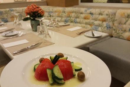 Salada no Restaurante Riva Airotel Stratos Vassilikos Hotel, Atenas, Grécia © Viaje Comigo