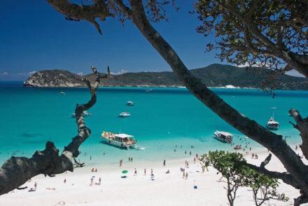 A Praia do Farol tem extensão de 5 Km, com picos de até 390 m de altitude. O local abriga as ruínas do velho farol, construído em 1833, e também a Fenda de Nossa Senhora, a Ponta do Focinho e o Farol Novo, contruído em 1861. Destaca-se, entre os atrativos do local a Gruta Azul, que localiza-se na parte Oeste da Ilha. A praia é ideal para a prática de mergulho e esportes náuticos em geral. Seu mar, lajes e ilhas são ótimos para pesca, inclusive a submarina, com grande variedade de peixes. A entrada na Praia do Farol só é permitida através da permissão da Marinha, em Arraial do Cabo. E o acesso se dá somente através do mar.Arraial do Cabo (RJ). Foto: Plínio Bordin