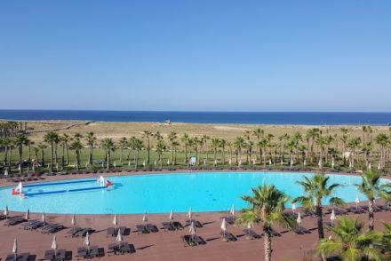 Piscina de manhã no Vidamar Resort Algarve © Viaje Comigo