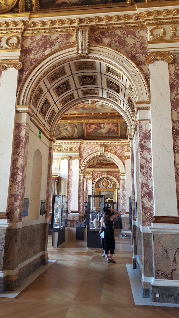 Corredores do Museu do Louvre, Paris © Viaje Comigo