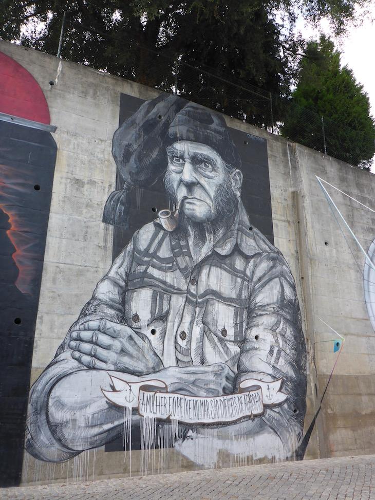 """""""A mulher e o peixe no mar são difíceis de agarrar"""" - Mural da Lionesa - Rota Street Art Matosinhos © Viaje Comigo"""