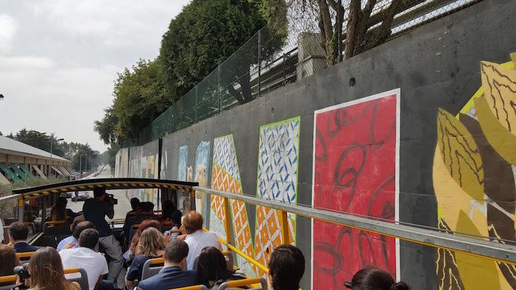 YellowBus junto do Mural da Lionesa - Rota de Street Art © Viaje Comigo