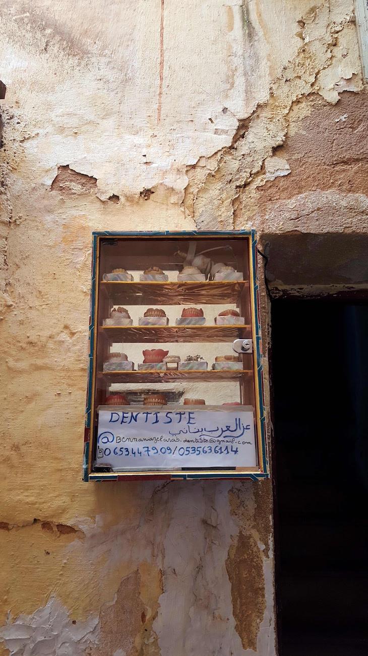 Entrada de dentista... com os dentes na montra - Fez - Marrocos @ Viaje Comigo
