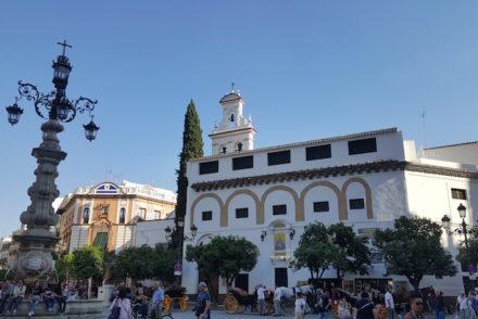 Praça frente à catedral de Sevilha © Viaje Comigo