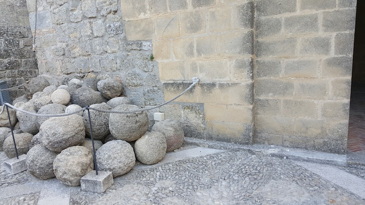 Bolas da catapulta - Fortaleza de la Mota para Alcalá la Real - Espanha © Viaje Comigo