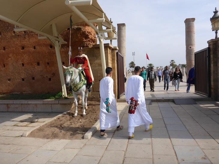 Outra entrada na praça e mesquita junto do Mausoléu de Mohamed V - Rabat, Marrocos © Viaje Comigo