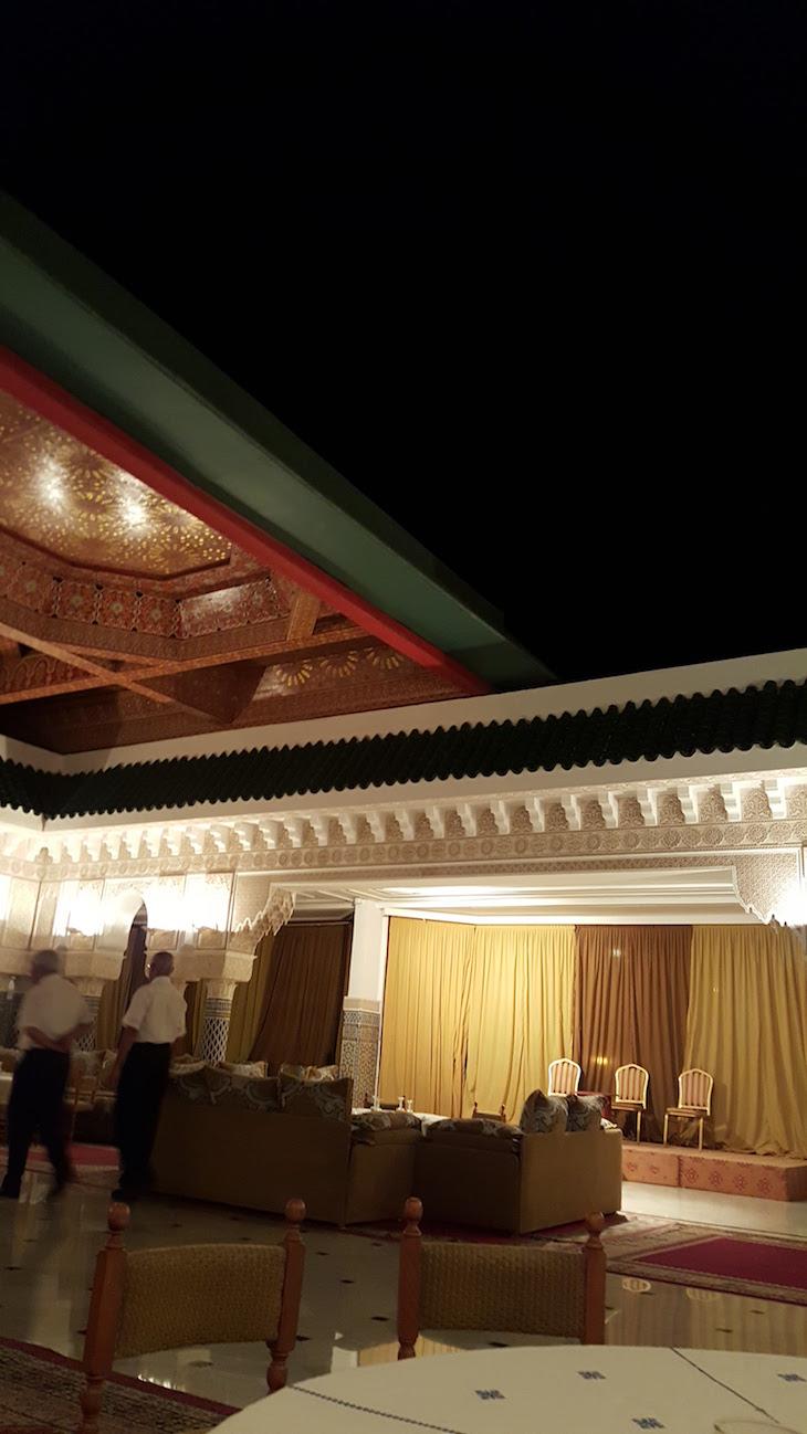 Teto que abre - Restaurante marroquino - Hôtel Les Mérinides - Fez - Marrocos © Viaje Comigo