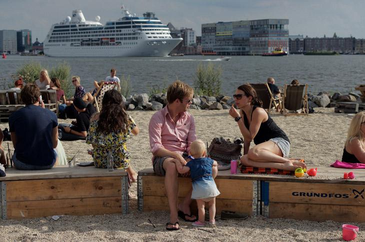 Café Pllek oferece uma praia urbana, comida alternativa e uma bela vista de Amsterdam. Foto: CC BY-NC-ND Raban Haaijk