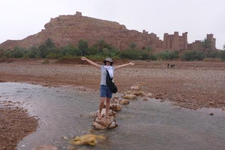 Susana a atravessar o rio Ait-Ben-Haddou © Viaje Comigo