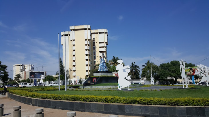 Estátua dedicada às mulheres moçambicanas -Maputo © Viaje Comigo