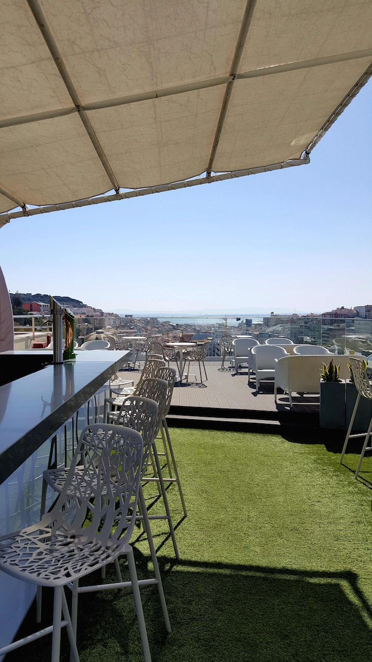 Bar no topo do NH Collection Lisboa Liberdade Hotel © Viaje Comigo