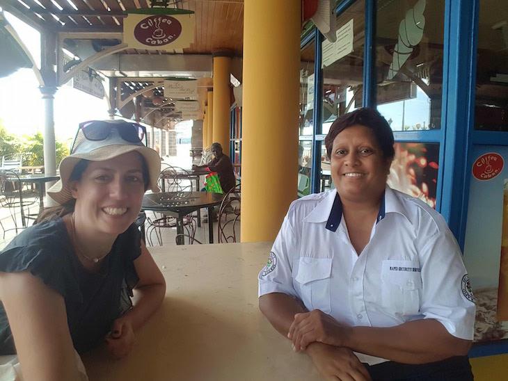 Corrinne fez-me companhia num domingo muito (muito!) quente à sombra, enquanto me contava tudo sobre o seu país. É segurança de um centro comercial em Port Louis - Maurícias © Viaje Comigo