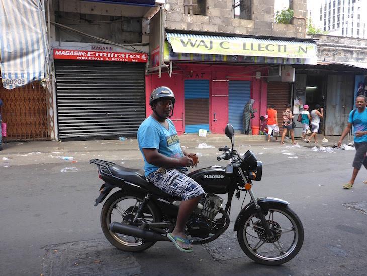 Em Port Louis, a pose do motoqueiro, num domingo muito quente - Maurícias - © Viaje Comigo
