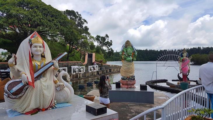 Deusa Saraswati em primeiro plano - Templo Ganga Talao - Ilhas Mauricias © Viaje Comigo