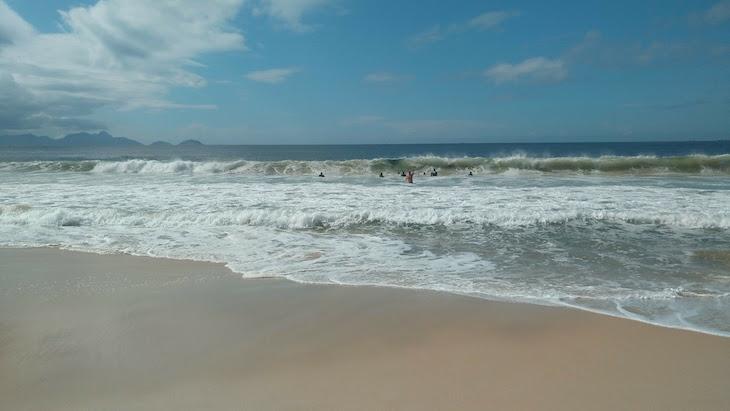 Surf em Copacabana, Rio de Janeiro, Brasil © Viaje Comigo
