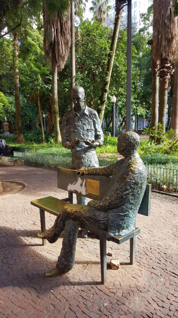 Drummond e Quintana à conversa - Praça da Alfandega - Porto Alegre - Brasil © Viaje Comigo