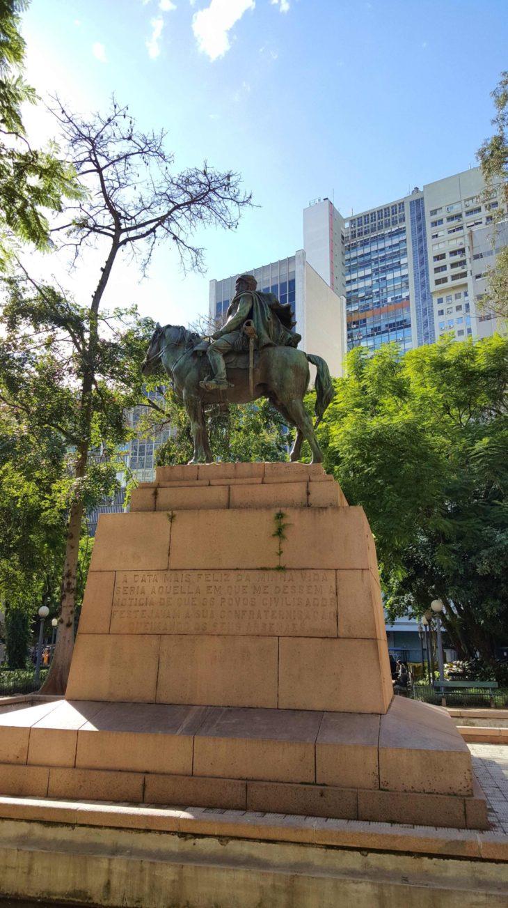 Escultura na Praça da Alfandega - Porto Alegre - Brasil © Viaje Comigo
