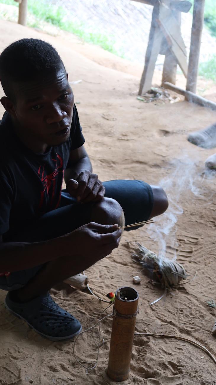 Fazer fogo - Tribo Orang Asli - Malásia © Viaje Comigo