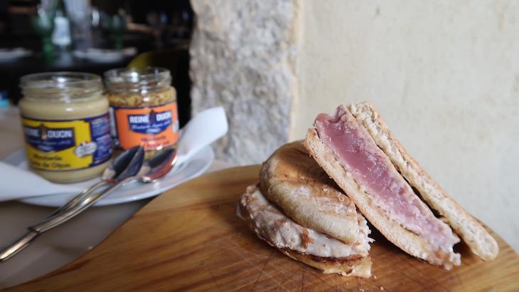 Atum em bolo do caco - Restaurante Pesqueiro 25 - Lisboa © Viaje Comigo