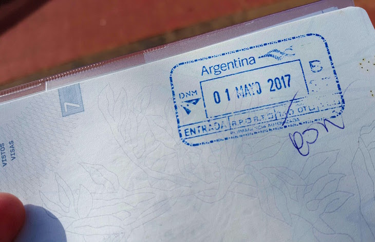Carimbo no passaporte para ir às Cataratas del Iguazú, Argentina © Viaje Comigo