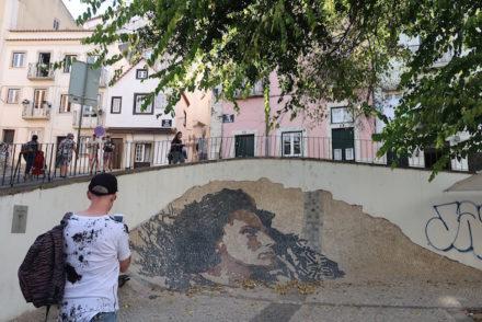 Amália na calçada - Alfama - Lisboa © Viaje Comigo