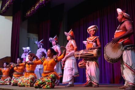 Grupo do Espetáculo em Kandy - Sri Lanka © Viaje Comigo