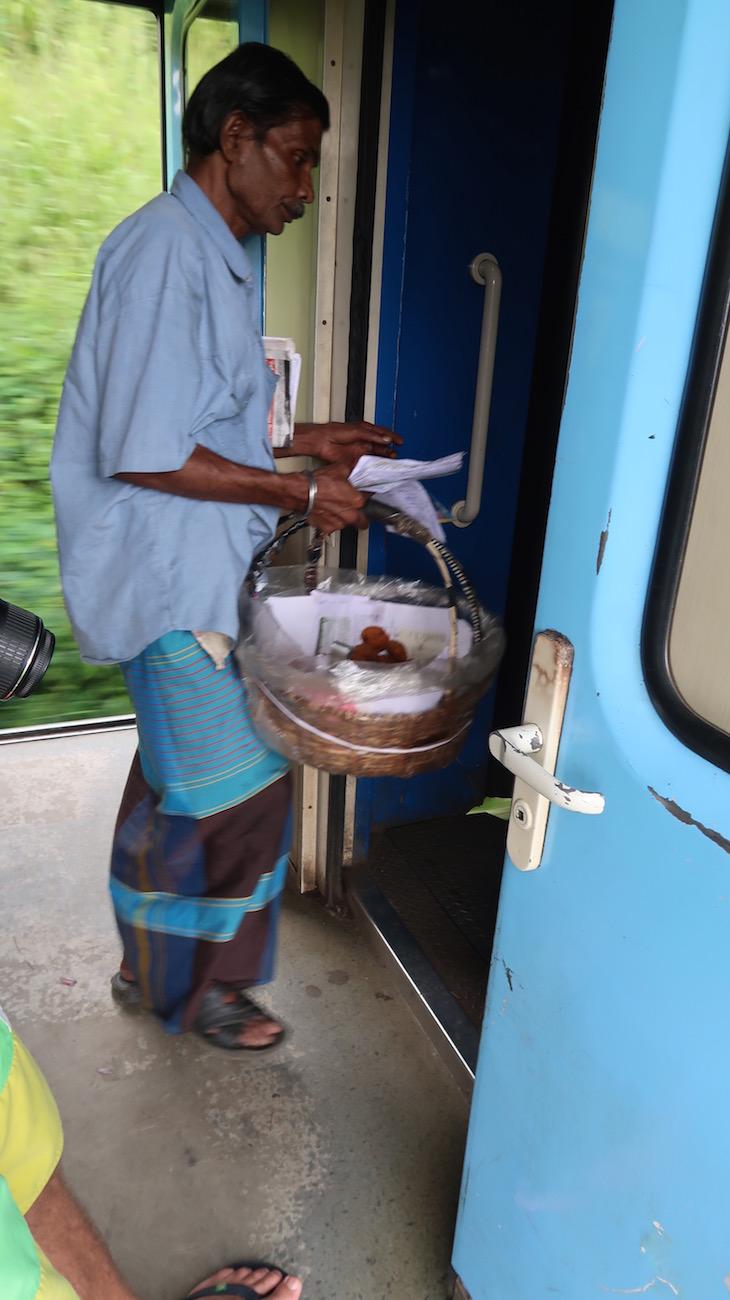 Vendedores de comidas - Viagem de comboio no Sri Lanka © Viaje Comigo